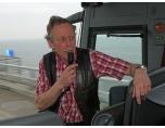 AA1020612_800 Alla 55 ombord nu och Herbert hälsar oss välkomna medans bussen passerar över Öresundsbron..
