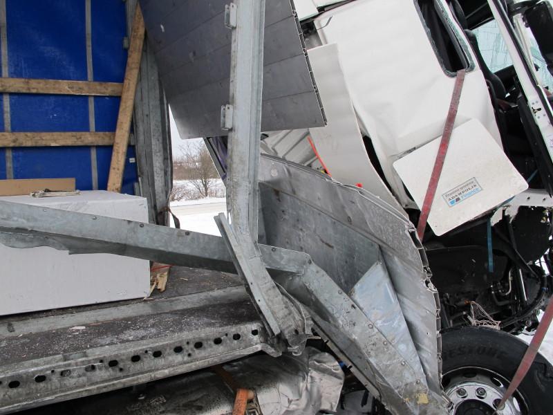 Litausk MAN med DSV trailer lastad med betongbalkar som trängt igenom framstam och rammat hytten. IMG9_5151