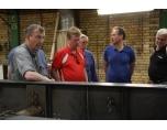 Rune, Lars och Ove tittar på en nybyggd trailer, Parator guiden pratar med Anders.