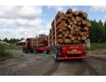 Timmerbilen som är fyrhjulsdriven och link och trailer av aluminium.