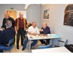 Några Åhs medlemmar tittar på kort vid bordet Torbjörn Berggren och Stig Fredriksson.