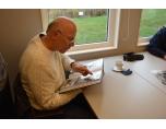 Peter Johansson tittar i ett fotoalbum.