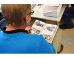 Niklas Persson tittar också i ett fotoalbum.